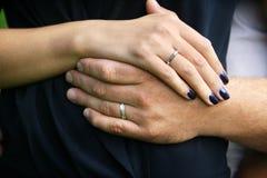 χέρια ζευγών παντρεμένα Στοκ φωτογραφίες με δικαίωμα ελεύθερης χρήσης