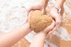 Χέρια ζευγών που διαμορφώνουν τη μορφή καρδιών Στοκ εικόνες με δικαίωμα ελεύθερης χρήσης
