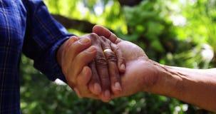 χέρια ζευγών που κρατούν ανώτερα απόθεμα βίντεο