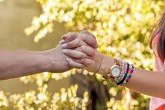 χέρια ζευγών που κρατούν νέα Στοκ φωτογραφία με δικαίωμα ελεύθερης χρήσης