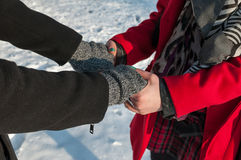 χέρια ζευγών που κρατούν νέα Στοκ Εικόνες