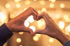 Χέρια ζεύγους που κάνουν τη μορφή καρδιών Στοκ φωτογραφία με δικαίωμα ελεύθερης χρήσης