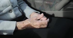 Χέρια ηλικιωμένης γυναίκας με τις ρυτίδες απόθεμα βίντεο