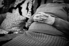 Χέρια ηλικιωμένης γυναίκας που ενώνονται, εστίαση σε ετοιμότητα Στοκ φωτογραφία με δικαίωμα ελεύθερης χρήσης