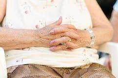 Χέρια ηλικιωμένης γυναίκας που ενώνονται Στοκ φωτογραφία με δικαίωμα ελεύθερης χρήσης