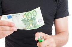 Χέρια και καίγοντας χρήματα στην κινηματογράφηση σε πρώτο πλάνο Στοκ Εικόνες