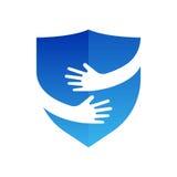 Χέρια και λογότυπο ασπίδων αφηρημένο ζωηρόχρωμο λογότυπο απεικόνισης σχεδίου γραφικό Η ασφάλεια και αγκαλιάζει το σύμβολο ή το ει Στοκ εικόνα με δικαίωμα ελεύθερης χρήσης