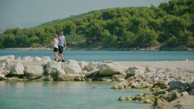 Χέρια και περίπατοι εκμετάλλευσης ζεύγους στην ακτή απόθεμα βίντεο