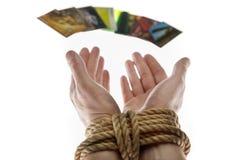 Χέρια και πιστωτική κάρτα Στοκ φωτογραφία με δικαίωμα ελεύθερης χρήσης