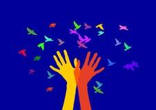 Χέρια και πουλιά στο χρώμα Στοκ φωτογραφία με δικαίωμα ελεύθερης χρήσης