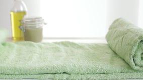 Χέρια και πράσινες πετσέτες φιλμ μικρού μήκους
