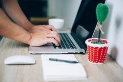 Χέρια και σημειωματάρια που λειτουργούν σε ένα γραφείο στοκ εικόνες με δικαίωμα ελεύθερης χρήσης