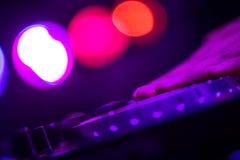 Χέρια και jockey δίσκων δάχτυλων στα παιχνίδια του DJ περιστροφικών πλακών στο νυχτερινό κέντρο διασκέδασης Στοκ φωτογραφία με δικαίωμα ελεύθερης χρήσης