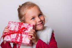 Χέρια κιβωτίων δώρων παιδιών Στοκ Εικόνες