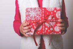 Χέρια κιβωτίων δώρων παιδιών Στοκ φωτογραφία με δικαίωμα ελεύθερης χρήσης