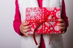 Χέρια κιβωτίων δώρων παιδιών Στοκ Φωτογραφίες