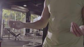 Χέρια κινηματογραφήσεων σε πρώτο πλάνο με τη σκόνη κιμωλίας στη γυμναστική φιλμ μικρού μήκους