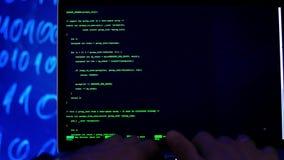 Χέρια κινηματογραφήσεων σε πρώτο πλάνο που δακτυλογραφούν τον κώδικα προγραμματισμού απόθεμα βίντεο