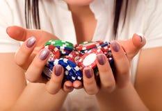 χέρια κοριτσιών τσιπ δεσμών που κρατούν το πόκερ Στοκ φωτογραφίες με δικαίωμα ελεύθερης χρήσης