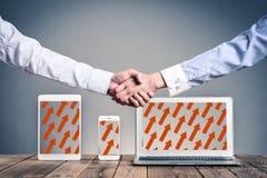 Χέρια κουνημάτων σε έναν εξοπλισμό υπολογιστών Στοκ Φωτογραφία
