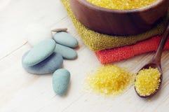 χέρια κρέμας προσοχής σωμάτων εναλλακτικός δίσκος biloba λουτρών μπαμπού ginkgo items medicine spa Στοκ Φωτογραφία