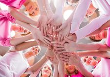 Χέρια μαζί στον κύκλο με τα φωτεινά φω'τα στοκ φωτογραφία με δικαίωμα ελεύθερης χρήσης