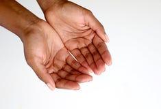 Χέρια μαύρων Αφρικανών που ικετεύουν, ανοικτά και κοίλα στοκ εικόνες με δικαίωμα ελεύθερης χρήσης