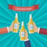 Χέρια με ένα μπουκάλι της μπύρας Στοκ φωτογραφία με δικαίωμα ελεύθερης χρήσης