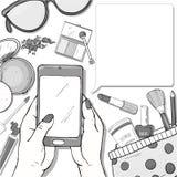 Χέρια με ένα smartphone και τα στοιχεία των καλλυντικών των γυναικών Γραπτή διανυσματική απεικόνιση Διακοσμητικά καλλυντικά για απεικόνιση αποθεμάτων