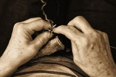 Χέρια με να πλέξει τις βελόνες κοντά στο αναδρομικό ύφος Στοκ εικόνα με δικαίωμα ελεύθερης χρήσης