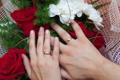 Χέρια με τα γαμήλια δαχτυλίδια Στοκ εικόνα με δικαίωμα ελεύθερης χρήσης