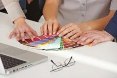 Χέρια με τα δείγματα προτύπων χρώματος Στοκ φωτογραφίες με δικαίωμα ελεύθερης χρήσης