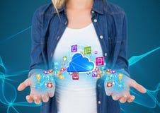 χέρια με τα εικονίδια εφαρμογής με τα μπλε φω'τα που επιπλέουν σε το και το σύννεφο μεταξύ Μπλε με την ΤΣΕ φω'των Στοκ Εικόνες