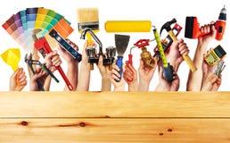 Χέρια με τα εργαλεία κατασκευής στοκ φωτογραφίες με δικαίωμα ελεύθερης χρήσης