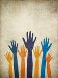 Χέρια με τα διαφορετικά χρώματα δέρματος όπλων που επιδιώκουν τη βοήθεια διανυσματική απεικόνιση