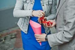 Χέρια με τα πέταλα των τριαντάφυλλων 2096 Στοκ Εικόνες
