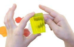 Χέρια με τα χειροποίητα κομμάτια χρώματος του σαπουνιού Στοκ εικόνα με δικαίωμα ελεύθερης χρήσης