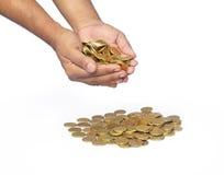 Χέρια με τα χρυσά νομίσματα Στοκ φωτογραφίες με δικαίωμα ελεύθερης χρήσης