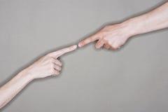 Χέρια με την άκρη δάχτυλων στην άκρη που συμβολίζει τη σύνδεση Στοκ Φωτογραφίες