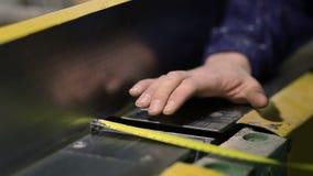 Χέρια με την ταινία που μετρά το πλαίσιο ηλεκτρικό sander απόθεμα βίντεο
