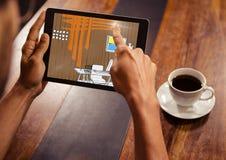 χέρια με την ταμπλέτα σε μια καφετερία Ταμπλέτα με τις γραμμές γραφείων (καφετής, πορτοκαλής, μπλε και κίτρινος) Στοκ εικόνα με δικαίωμα ελεύθερης χρήσης