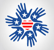 Χέρια με τη ημέρα της ανεξαρτησίας καρδιών λωρίδων αστεριών σχεδίων αμερικανικών σημαιών Στοκ φωτογραφία με δικαίωμα ελεύθερης χρήσης