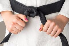 Χέρια με τη στιλβωτική ουσία καρφιών ενός κοριτσιού με μια μαύρη ζώνη στις πολεμικές τέχνες, Στοκ εικόνες με δικαίωμα ελεύθερης χρήσης