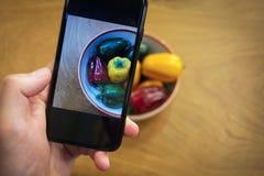 Χέρια με τις εικόνες τηλεφωνικών κινηματογραφήσεων σε πρώτο πλάνο των τροφίμων Χορτοφάγα τρόφιμα, στοκ φωτογραφίες με δικαίωμα ελεύθερης χρήσης