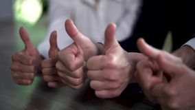 Χέρια με τους μεγάλους αντίχειρες επάνω των επιχειρησιακών συναδέλφων closeup απόθεμα βίντεο