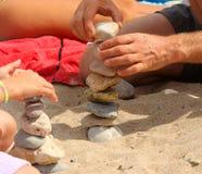 Χέρια με τους σωρούς χαλικιών στοκ φωτογραφία με δικαίωμα ελεύθερης χρήσης