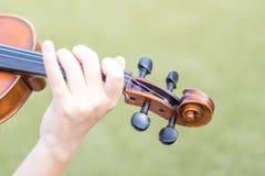 Χέρια με το βιολί στοκ φωτογραφίες