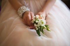 Χέρια με το γάμο bouqet στοκ εικόνες