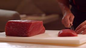 Χέρια με το κρέας περικοπών μαχαιριών φιλμ μικρού μήκους