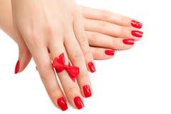 Χέρια με το κόκκινο μανικιούρ στοκ εικόνα